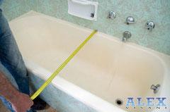 il tecnico prende le misure della vecchia vasca per installarne una nuova su misura