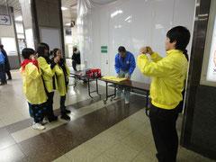 チラシ配布後のコマチを撮影するJR千葉支社の社員さん
