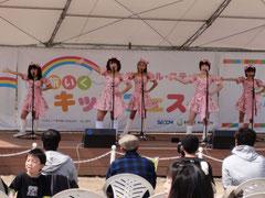 全員お揃いの桜色の衣装です