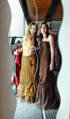 Schnür-Corsagen mit langen Abendröcken kombiniert zum Abendkleid