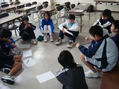 長崎県競技力向上班における中学生を対象としたライフスキル講習 (1) 自分史について説明をする中学生アスリート