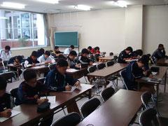 長崎県競技力向上班における中学生を対象としたライフスキル講習 (2)  スタート教材を用いて講習を受ける中学生アスリート