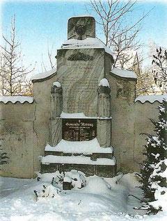 Kriegerdenkmal im Friedhof: Es zeugt vom Leid, das die beiden Weltkriege über Mödring gebracht haben und mahnt, den Frieden zu erhalten.