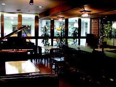 たまに小田さんがポロンと奏でるピアノがある