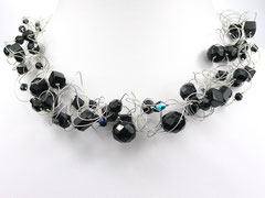 Halskette mit schwarzen Perlen