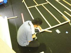 """パネルの枠を組み立てる""""棟梁""""キシダさん"""