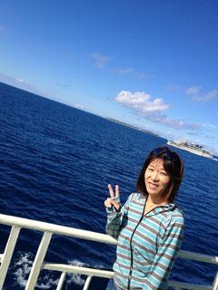 水納島&すれ違う伊江島からのフェリー。