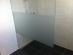 Duschtrennwand in Boden und Wand eingelassen