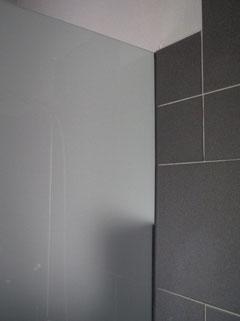 Duschtrennwand in Wand eingelassen