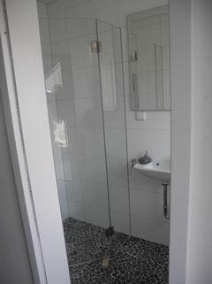 Duschabtrennung in Wand eingelassen,massiv Edelstahl Beschläge