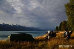 Neuseeland - Lake Pukaki - Motorrad - Reise - Camping am Ufer mit Blick auf die schneebedeckten Berge
