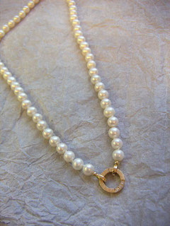 Wir haben div. Perlenketten, Süsswasserperlenketten, Tahitiperlenketten , Ringe, Ohrschmuck und Anhänger