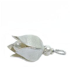 Du sucht einen dreidimensionalen silber Schmuck Anhänger Blume, einen Ketten Blütenanhänger oder einen Schmuck Blütenkelch? Dann schau mal: perlenpool hat für Dich einen 925 silber Tulpen Schmuckanhänger in verschiedenen Größen!
