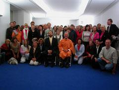 12. Oktober 2004, Br. Santoshananda und Br. Simone mit Mitgliedern nach der Einweihungszeremonie.