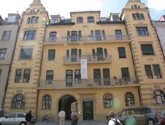 Die Räumlichkeiten der Gruppe München befinden sich auf der linken Seite des Erdgeschosses und Soutterains