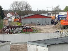 Das Stahlgerüst der früheren Halle liegt am Bauhof bereit.