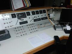 Unsere Arbeitsplätze bieten neben Computern mit mehreren Bildschirmen, Möglichkeiten der Alarmierung weiterer Kräfte und Telefonen…