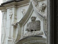 Le château de Blois fut habité par Louis XII et sa femme Anne de Bretagne, puis par François Ier (le herisson), Henry III et Gaston d'Orléans. Le duc de Guise y fut assassiné le 23 décembre 1588, sur les ordres d'Henry III.
