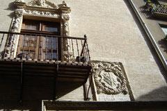 calle de la Ruà - jolie façade et blason familial (palais de frère Diego de Estella)
