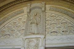 église san Sebastian (XIe - XIIe siècle) portail roman à statues-colonnes
