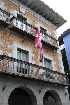 Plaza Zarra. L'Ayuntamienho (hôtel de ville) du XVIIes sur lequel flotte le drapeau basque.