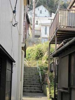 神奈川県藤沢市・江ノ島の裏通りの上り階段