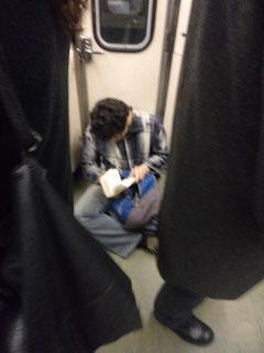 Abrumador, lo negro lo rodea, pero en un pequeño rincón, el lector leyendo se protege.