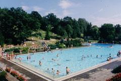 Das Schwimmbad heute. Die Umkleiden waren damals halbrechts entlang der Schmalseite, dort waren auch das 1m- und 3m-Brett. Im Vordergrund der Nichtschwimmer-Bereich..