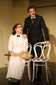 Erna Wahl (Johanna Machart) lässt einen unglücklichen Dr. Mauer (Alfons Noventa) zurück. (Foto: Rolf Bock)