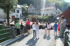 Les enfants d'Etsaut accueillent le troupeau