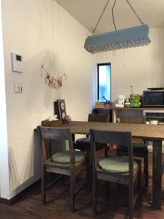 LDKの壁も天井もご夫婦で珪藻土を塗り、床も杉板にオスモオイルをご夫婦で塗りました。家具や照明も全てご自分達で購入。