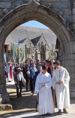 MAGNIFIQUE, la procession autour de l'église, au son du biniou et de la cornemuse.