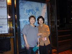 最後の宿舎、ユジンハウスの女主人キムさんとリムジンバスバス停にて。ホントにいろいろお世話になりました(^^♪面白かったのは、私が「伝統音楽を聴きたい」というと、キムさん、お友達にいきなり電話して、「あなたのパンソリ(韓国の語り物)を日本人のお客さんに聴かせてあげて!」と頼み、私は電話口からそのお友達のパンソリを聴くことが出来ました。いやあ、お見事でした~カムサハムニダ!
