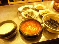 スンドゥブ。ご飯と辛い豆腐スープを一番右のボウルの中に入れて混ぜて食べた。