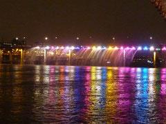 盤浦大橋のライトアップは色がどんどん変化する。