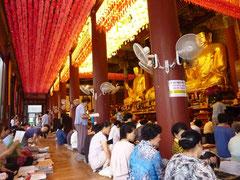 クリスチャンの多い韓国で、ここは熱心な仏教徒たちが集まる。しばらく一緒になって正座していたら座布団を貸してくれた人が何人もいた。