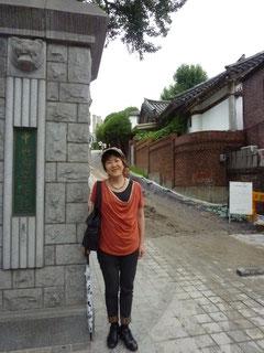 北村という伝統家屋の多い地域を散策中、あの「冬のソナタ」のロケ地、ヨン様扮するチュンサンが通った高校に行き当たりびっくり。実は私もヨン様ファンです。