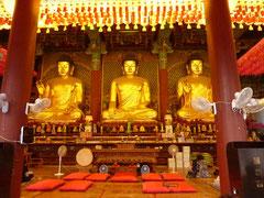 中はとにかく色彩豊か。日本のお寺とはかなり違う。