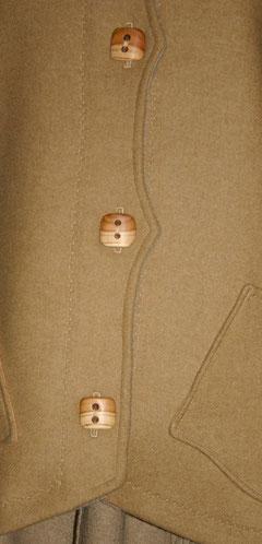 Knopfleiste der Lodenjacke mit Pfirsich Holzknöpfen