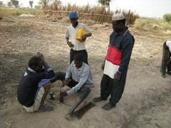 """Alphonse, le """"Président""""de Mbog Diom supervise la fabrication des poteaux béton"""