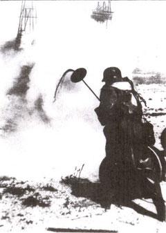 """Nebelgerät im Einsatz (Foto/Buch: """"Das Grosse Weltgeschehen"""" Schweiz 1944)"""