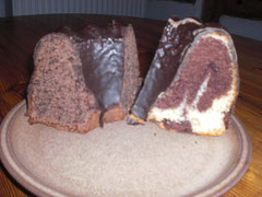 Marmor- und Schokoladenkuchenstücke auf einem braunen Teller