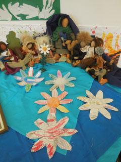 Hier ein Schutz-Mantel-Madonnen-Altar mit biblischen Erzähl•figuren, Holz•tieren und unseren gemalten Blumen.