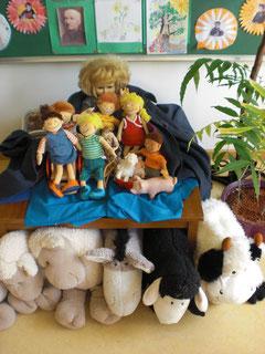 """Mai-Altar der """"Kleinen"""". Die Puppe mit dem blauen sehr großen Mantel ist """"unsere Maria""""."""