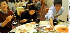 合宿での夕食の一場面(中央が世界の小川)。このあとエビチリの食べ過ぎで、顔がフグのように膨らんでしまったフグ事件は、KJではとても有名の話です。