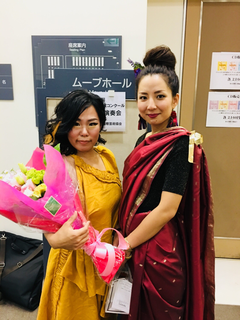 作曲の長谷川千夏さんとピアニストの深堀聖和さん。ヨガの曲に合わせたお衣裳