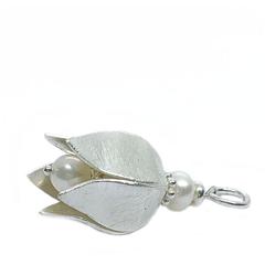 Fein mattierter 3 dimensionaler XL-Blüten Anhänger für Damen Halsketten . Eine  weiße  Perle ist in den  Blütenkelch eingerabeitet. perlenpool Lifestyle Schmuck wird mit 925 Sterlingsilber gefertigt.