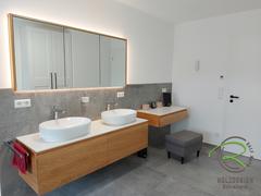 Badezimmerset in Eiche massiv mit Spiegelschrank, Waschbeckenunterschrank u. Frisiertisch mit weißer Aufsatzplatte von Schreinerei Holzdesign Ralf Rapp in Geisingen,