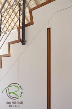 Einbauschrank unter Treppe mit innenliegender Garderobe in weiß lackiert und flächenbündig eingefräste Eiche-Griffleisten, Treppenschrank mit Eiche-Griffleiste, Garderobe unter Treppe, Einbauschrank nach Maß unter Treppe, Faltwerktreppe in Eiche massiv