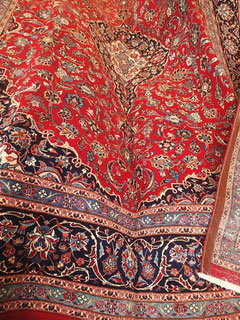 Orientteppich mit rotem Grund und Floralmusterung und Medaillon